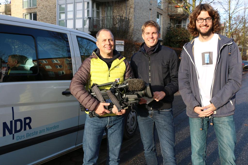 Boris Mahlau und Carl-Georg Salzwedel vom NDR Hamburg Journal sowie Andres Lehmann, arbeitet in diesem Laden | © Christian Euler