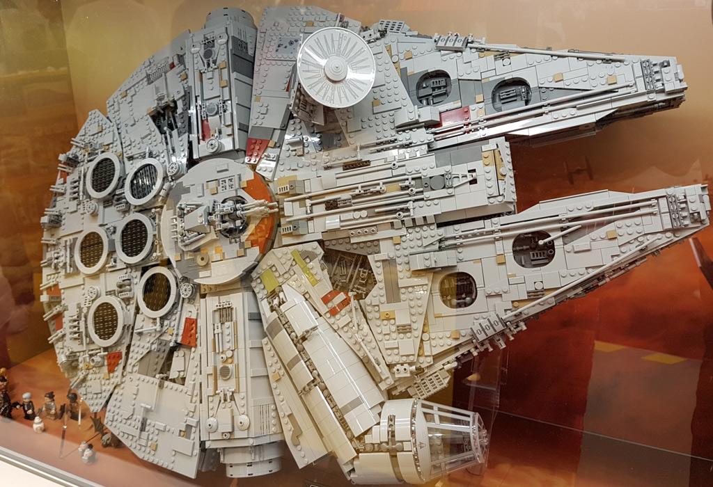 LEGO Star Wars UCS Millennium Falcon 75192 im LEGO Store Hamburg ...