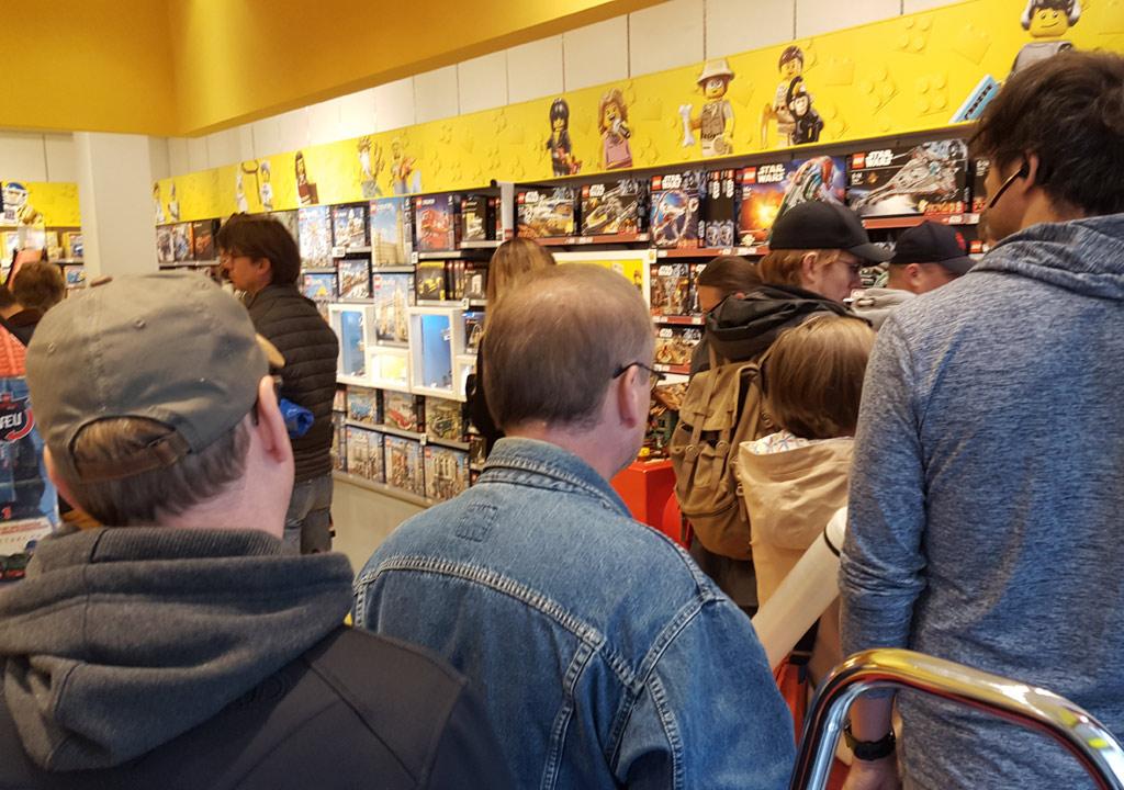 LEGO Stores in Deutschland: Warten auf den Star Wars UCS Millennium ...