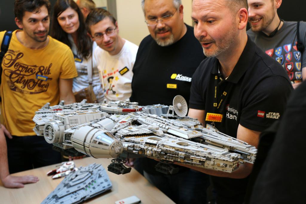 lego-star-wars-ucs-millennium-falcon-75192-designer-hans-burkhard-schloemer-2017-zusammengebaut-andres-lehmann zusammengebaut.com