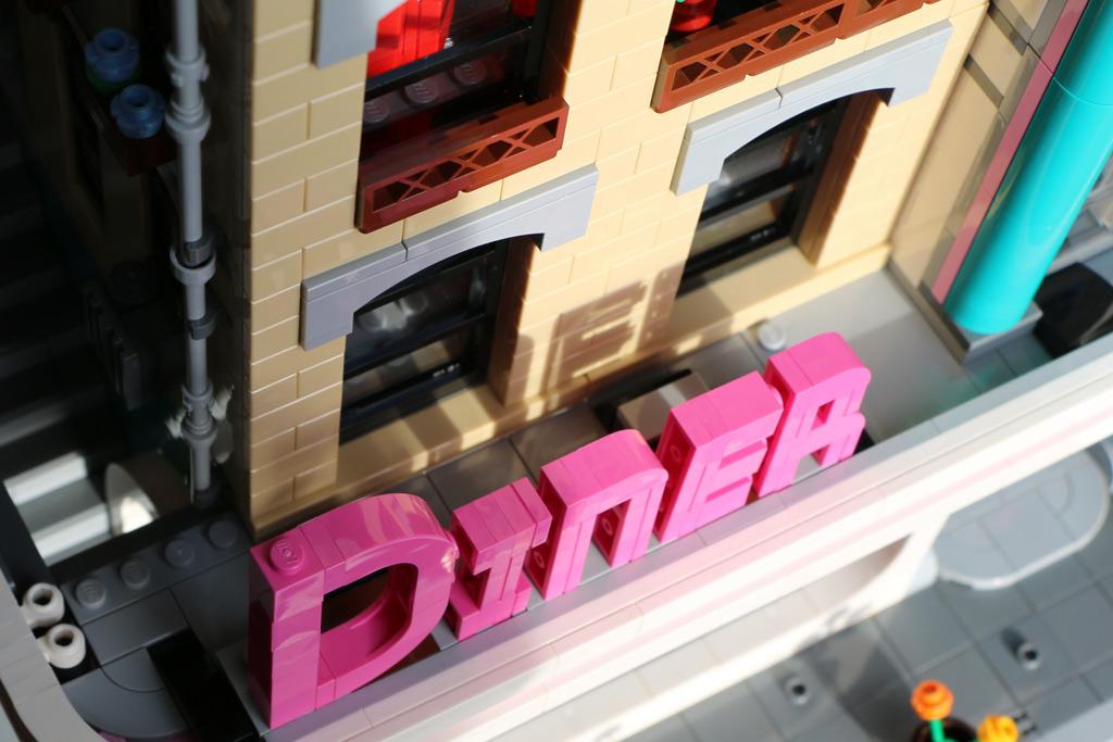 lego-creator-expert-amerikanisches-diner-10260-schriftzug-oben-2018-zusammengebaut-andres-lehmann zusammengebaut.com
