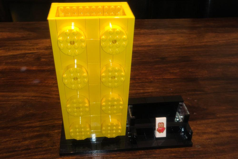 lego-brick-60th-anniversary-yellow-pencil-pot zusammengebaut.com