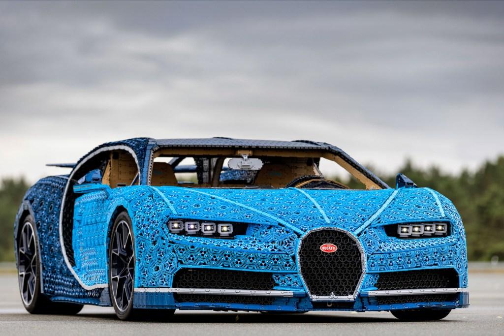 lego-technic-bugatti-chiron-xxl-front-wolken zusammengebaut.com