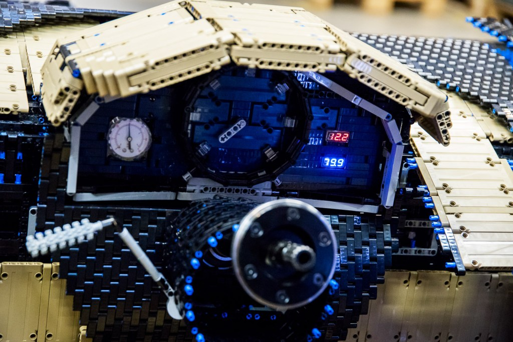 lego-technic-bugatti-chiron-xxl-innenleben zusammengebaut.com