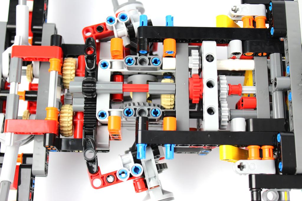 lego-technic-gelaendegaengiger-kranwagen-42082-abschnitt-1-7-2018-zusammengebaut-andre-micko zusammengebaut.com