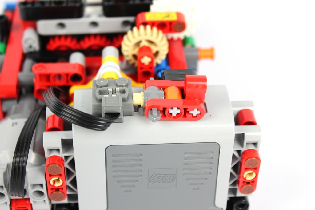 lego-technic-gelaendegaengiger-kranwagen-42082-batteriebox-2018-zusammengebaut-andre-micko zusammengebaut.com
