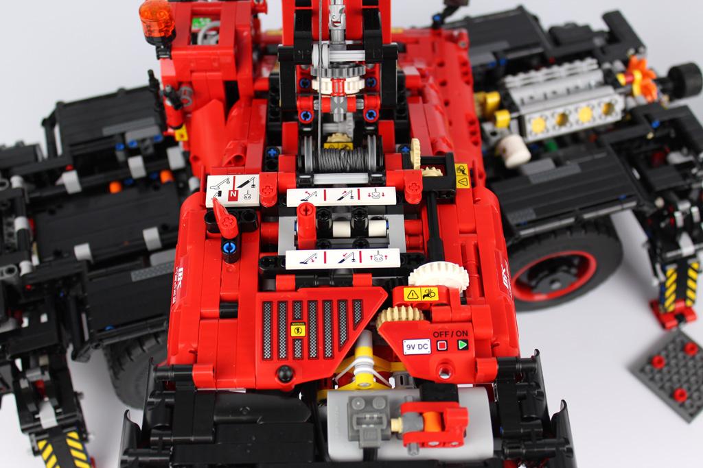 lego-technic-gelaendegaengiger-kranwagen-42082-bedienfeld-2018-zusammengebaut-andre-micko zusammengebaut.com