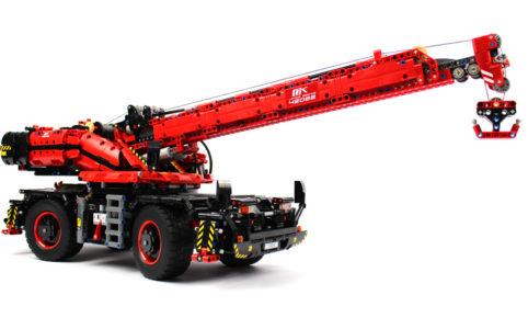 lego-technic-gelaendegaengiger-kranwagen-42082-seitenansicht-2018-zusammengebaut-andre-micko zusammengebaut.com