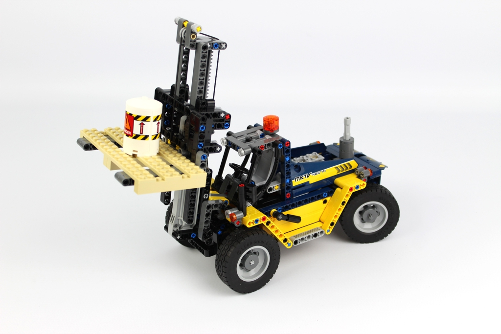 lego-technic-schwerlast-gabelstapler-42079-fertig-2-2018-zusammengebaut-andre-micko zusammengebaut.com