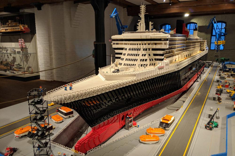 lego-queen-mary-2-qm2-maritimes-museum-hamburg-front-bug-2018-zusammengebaut-andres-lehmann zusammengebaut.com