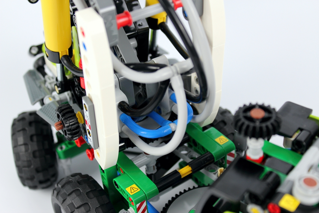 lego-technic-harvester-forstmaschine-42080-pneumatikschlaeuche-2018-zusammengebaut-andre-micko zusammengebaut.com