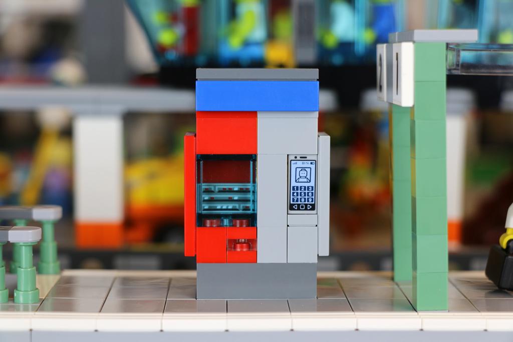 lego-bahnhof-new-ukonio-city-jahrmarkt-ticketautomat-front-2018-zusammengebaut-andres-lehmann zusammengebaut.com