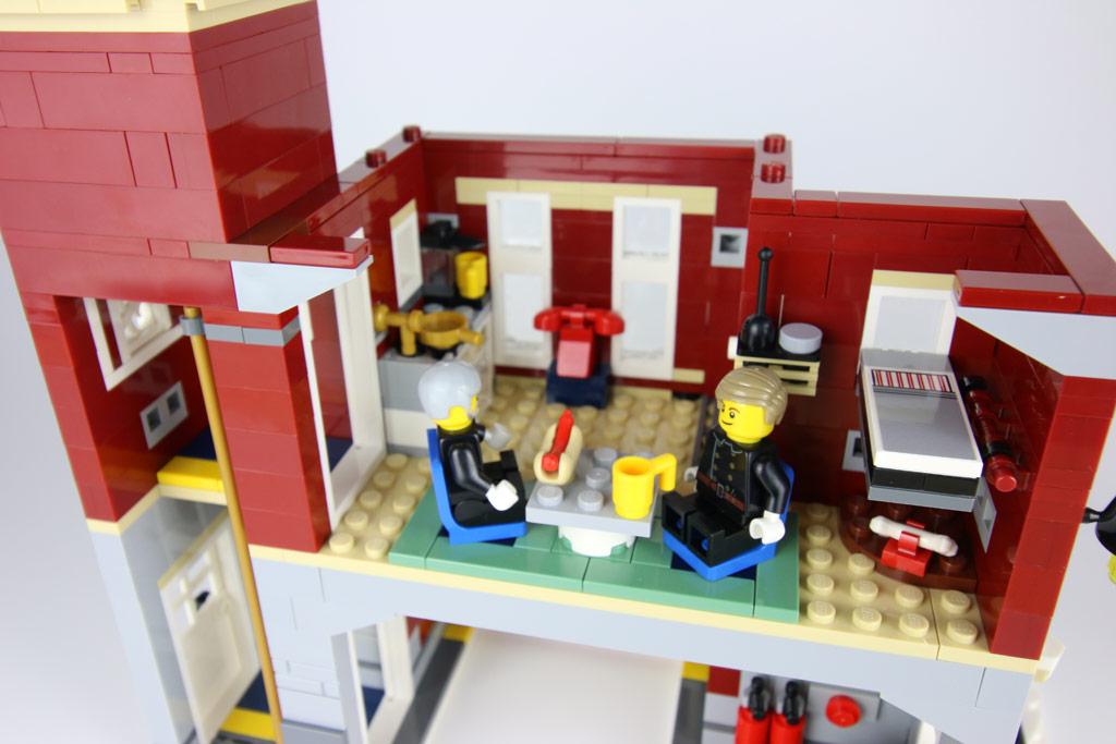 lego-creator-expert-winterliche-feuerwache-10263-innenleben-2018-zusammengebaut-andres-lehmann zusammengebaut.com