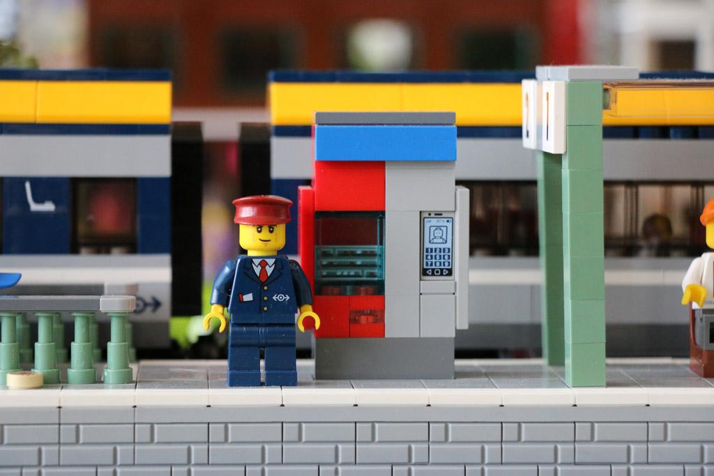 bahnhof-ticketautomat-new-ukonio-city-zusammengebaut-2018-andres-lehmann zusammengebaut.com