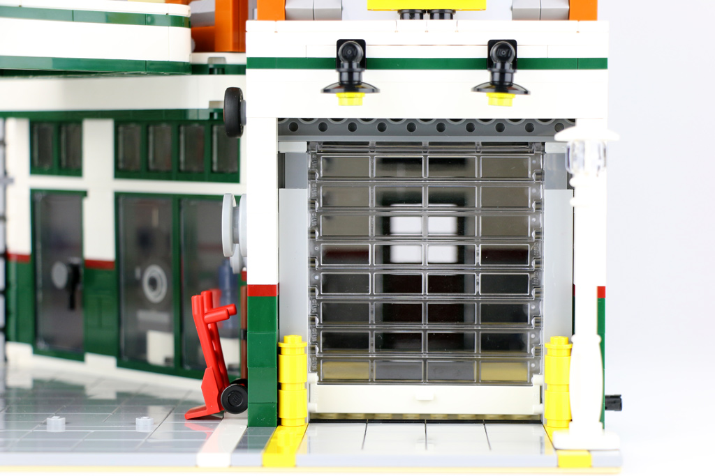 lego-creator-expert-corner-garage-10264-garagentor-2018-zusammengebaut-andres-lehmann zusammengebaut.com