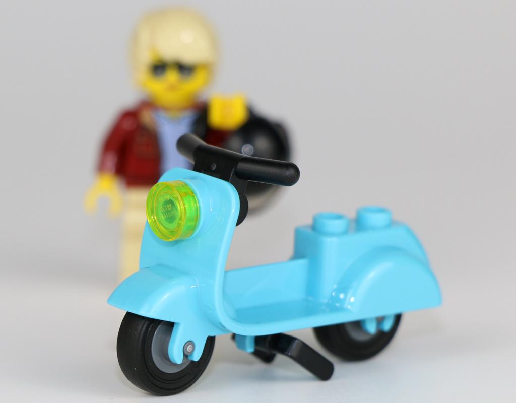 lego-creator-expert-corner-garage-10264-moped-2018-zusammengebaut-andres-lehmann zusammengebaut.com