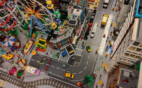 lego-creator-expert-eckgarage-10264-draufsicht-new-ukonio-city-2018-zusammengebaut-andres-lehmann zusammengebaut.com