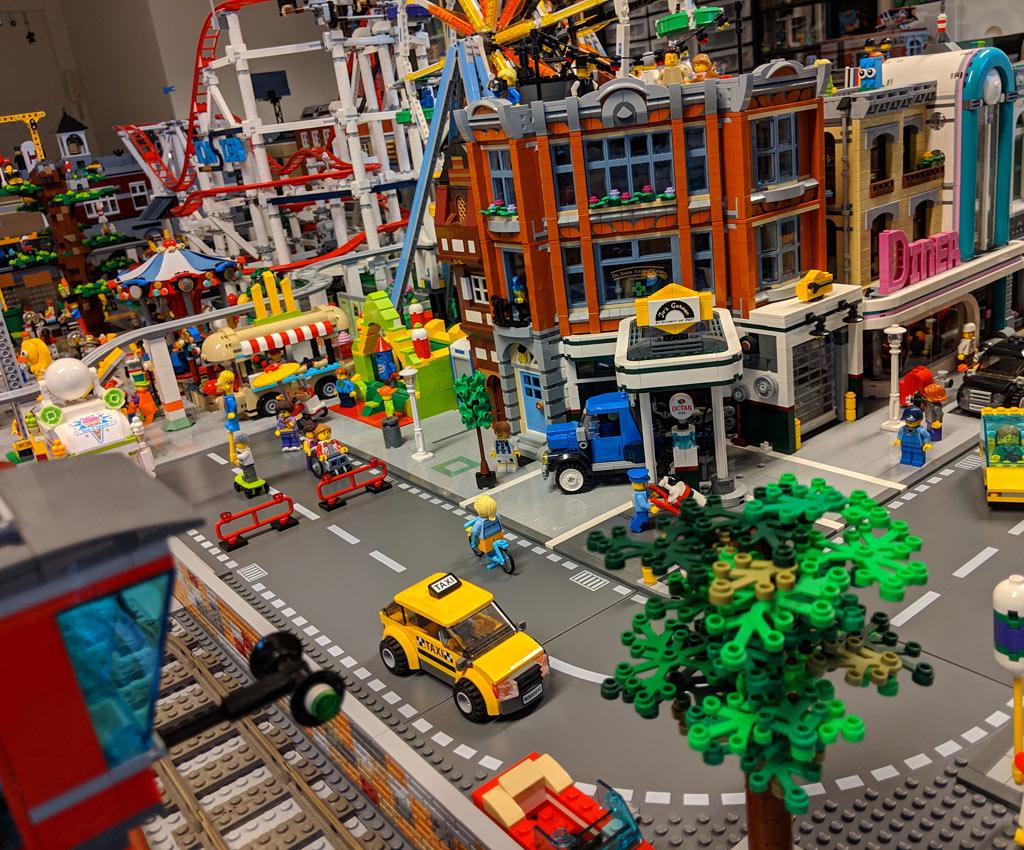 lego-creator-expert-eckgarage-10264-front-ansicht-baum-new-ukonio-city-2018-zusammengebaut-andres-lehmann zusammengebaut.com