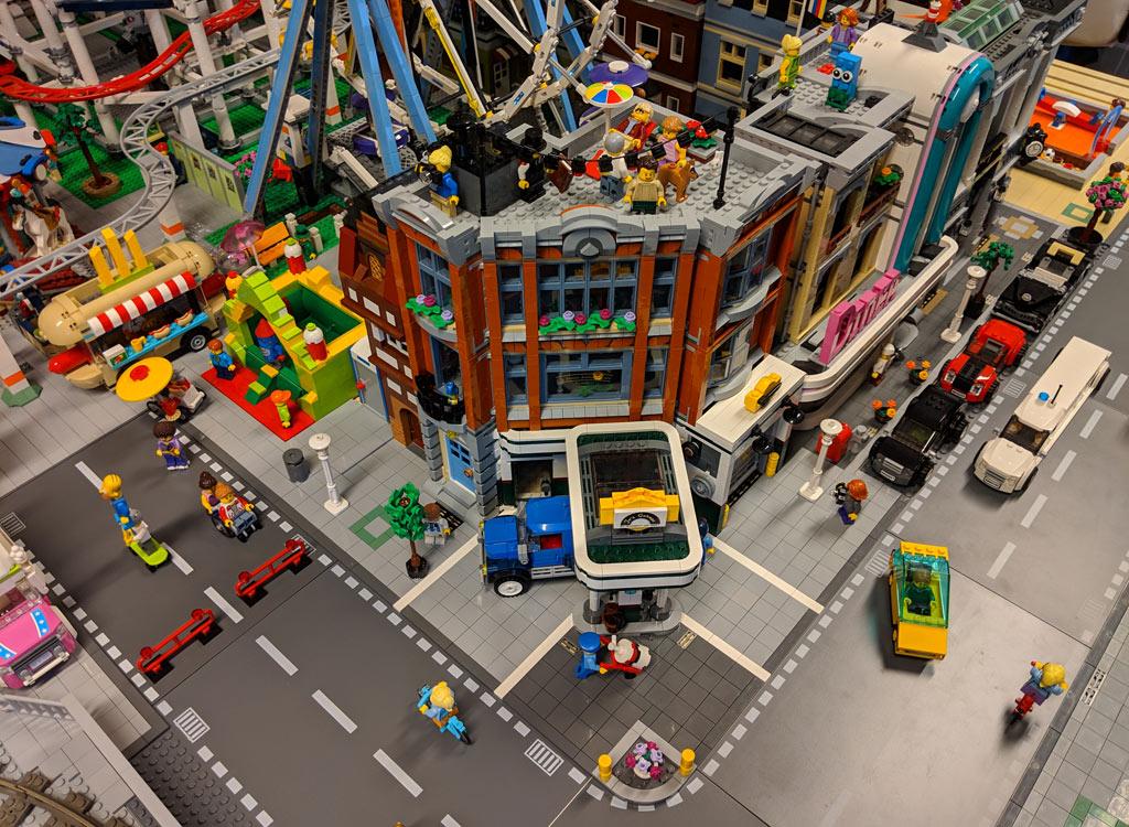 lego-creator-expert-eckgarage-10264-front-ansicht-new-ukonio-city-2018-zusammengebaut-andres-lehmann zusammengebaut.com
