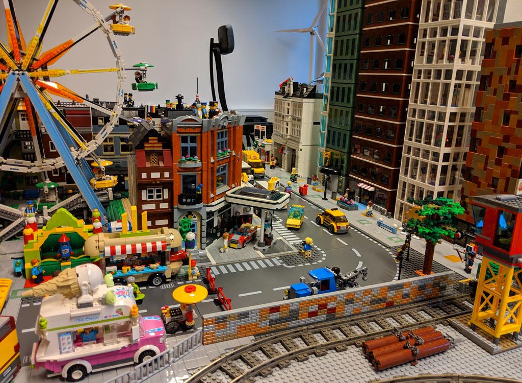 lego-creator-expert-eckgarage-10264-modulares-gebaeude-new-ukonio-city-update-fifth-avenue-2018-zusammengebaut-andres-lehmann zusammengebaut.com