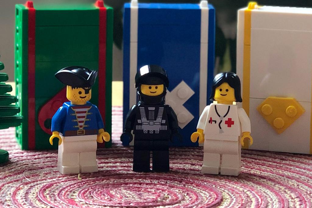 lego-mitarbeiter-set-weihnachtsmann-rentier-minifiguren-4002018-zusammengebaut-michael-kopp zusammengebaut.com
