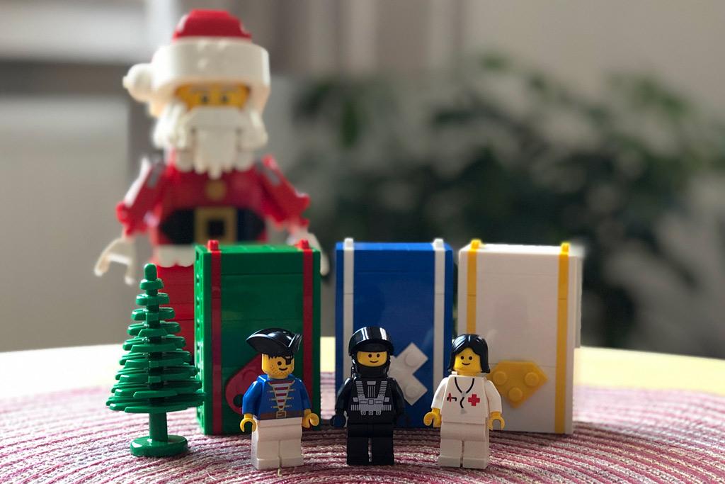 lego-mitarbeiter-set-weihnachtsmann-rentier-minifiguren-santa-4002018-zusammengebaut-michael-kopp zusammengebaut.com