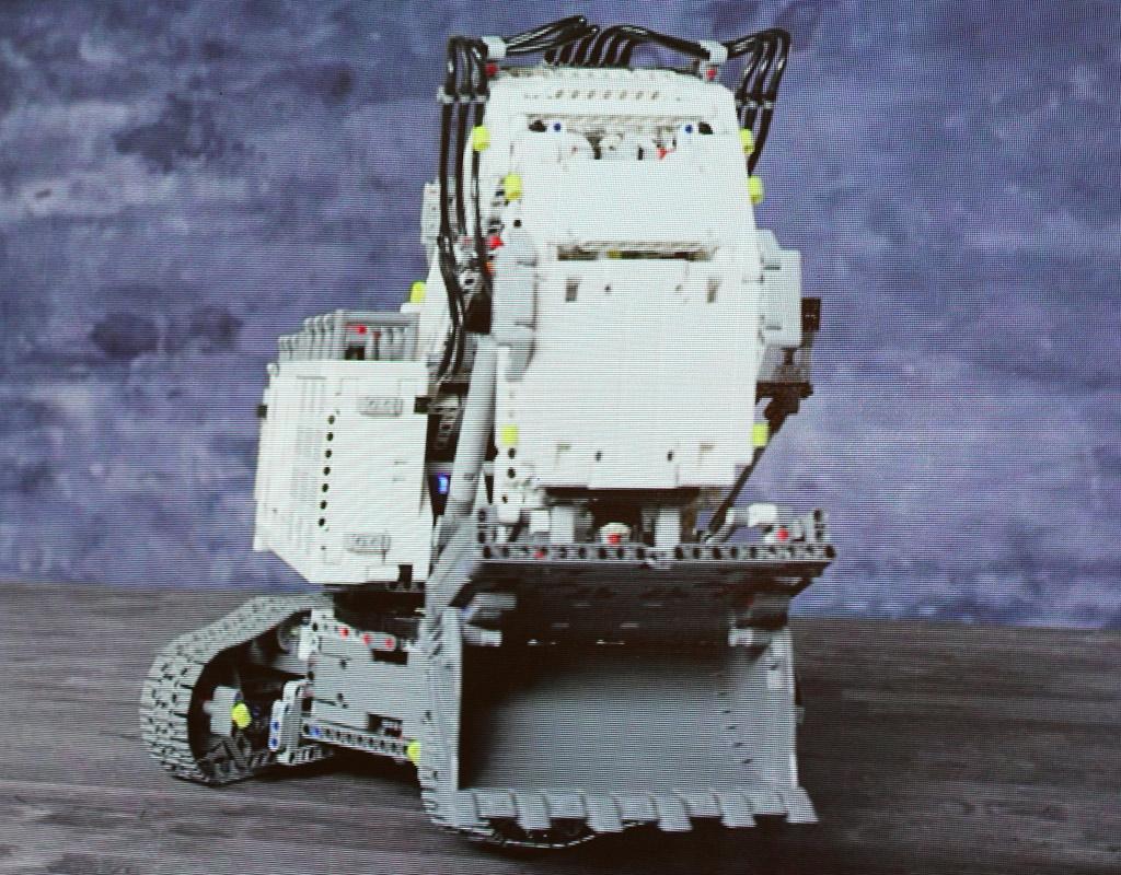 lego-technic-liebherr-9800-42100-front-schaufel-spielwarenmesse-2019-zusammengebaut-andres-lehmann