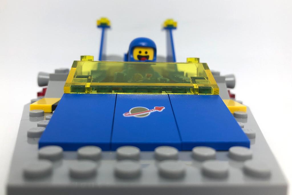 the-lego-movie-2-emmets-und-bennys-bau-und-reparaturwerkstatt-spaceship-front-70821-2019-zusammengebaut-matthias-kuhnt zusammengebaut.com