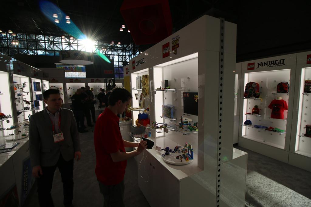 lego-booth-toy-fair-2019-gegenlicht-zusammengebaut-andres-lehmann zusammengebuat.com