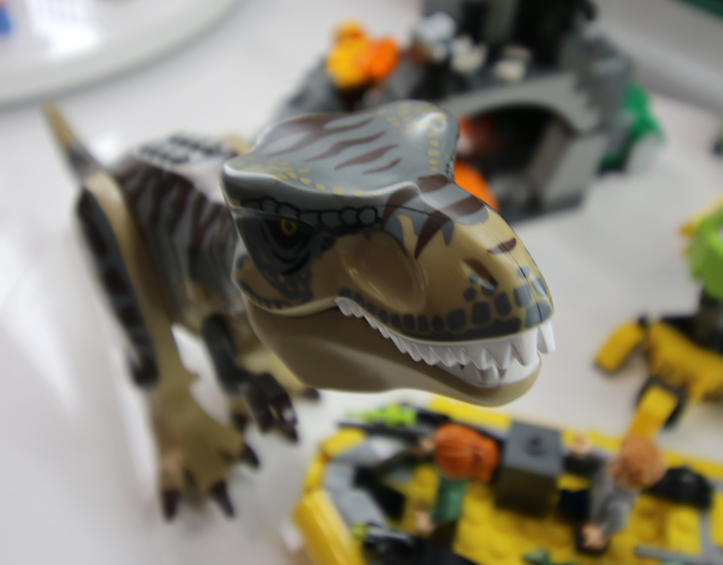 lego-jurassic-world-t-rex-vs-dino-mech-battle-75938-dino-new-york-toy-fair-2019-zusammengebaut-andres-lehmann zusammengebaut.com