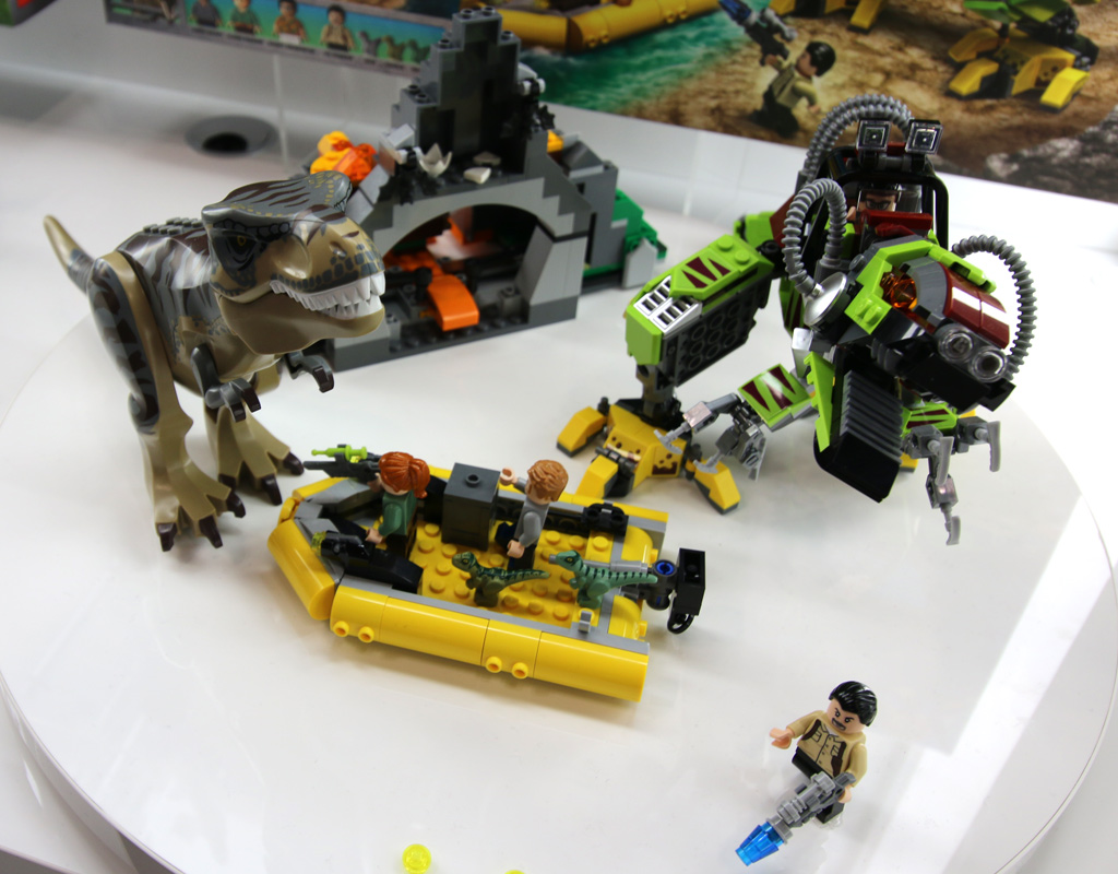 lego-jurassic-world-t-rex-vs-dino-mech-battle-75938-new-york-toy-fair-2019-zusammengebaut-andres-lehmann zusammengebaut.com