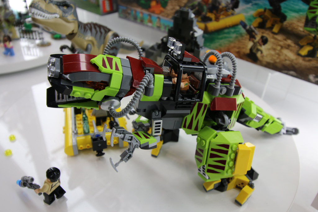 lego-jurassic-world-t-rex-vs-dino-mech-battle-75938-seite-new-york-toy-fair-2019-zusammengebaut-andres-lehmann zusammengebaut.com