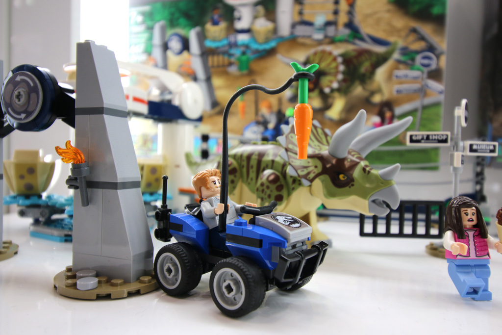 lego-jurassic-world-triceratops-rampagne-75937-overview-side-new-york-toy-fair-2019-zusammengebaut-andres-lehmann zusammengebaut.com