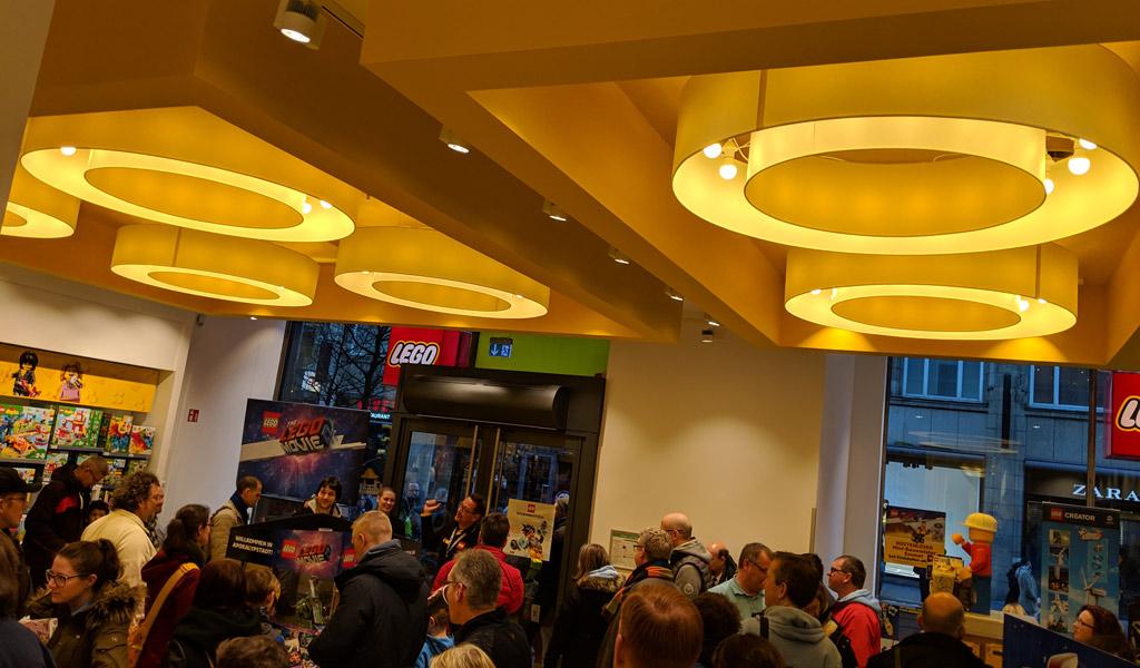 lego-store-spitalerstreasse-12-hamburg-decke-2019-zusammengebaut-andres-lehmann zusammengebaut.com