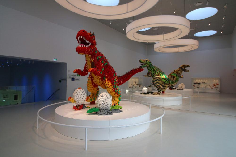 dinos-lego-house-uebersicht-masterpiece-gallery-billund-2019-zusammengebaut-andres-lehmann zusammengebaut.com