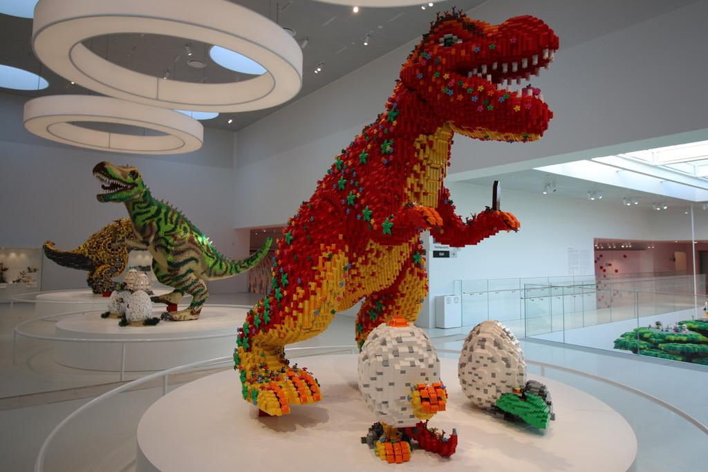 dinos-lego-house-uebersicht-seite-masterpiece-gallery-billund-2019-zusammengebaut-andres-lehmann zusammengebaut.com