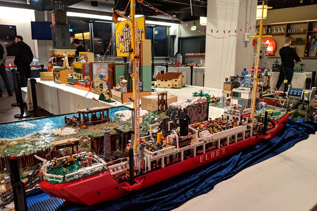 floating-bricks-lego-ausstellung-hamburg-1-2019-zusammengebaut-andres-lehmann zusammengebaut.com