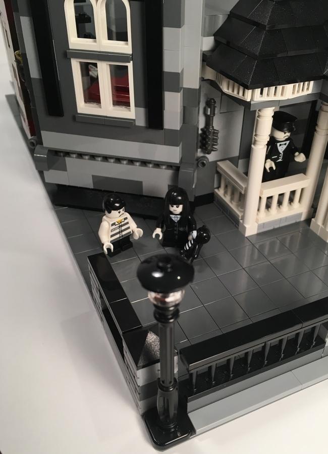 lego-ideas-addams-family-mansion-modular-bewohner-afol777-2019 zusammengebaut.com
