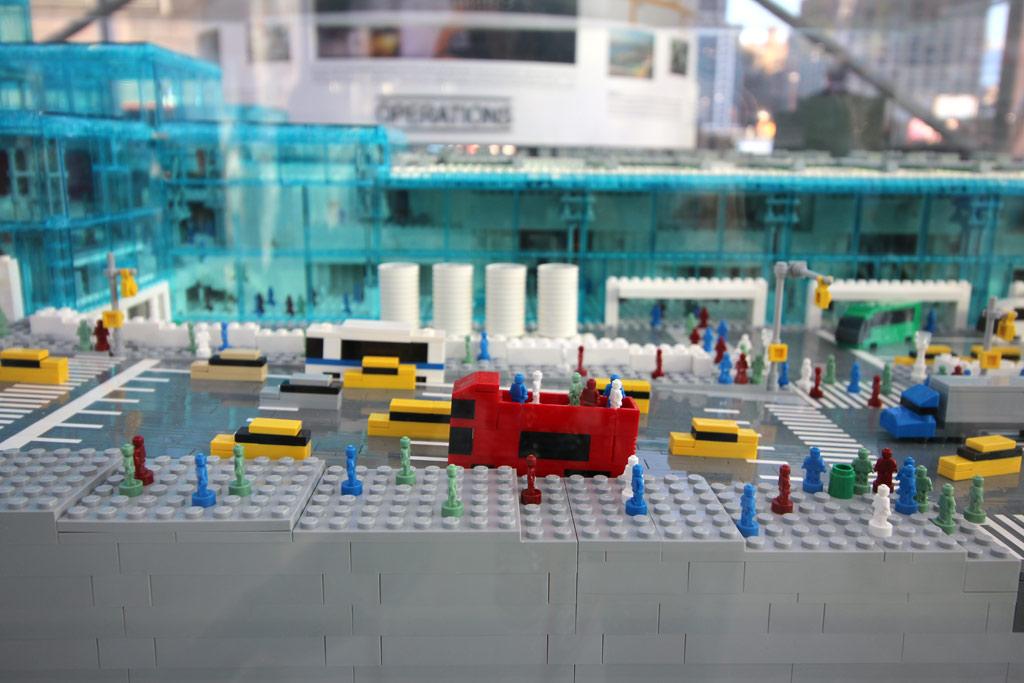 lego-javits-center-eingang-sean-kenney-new-york-toy-fair-nyc-bus-2019-zusammengebaut-andres-lehmann zusammengebaut.com