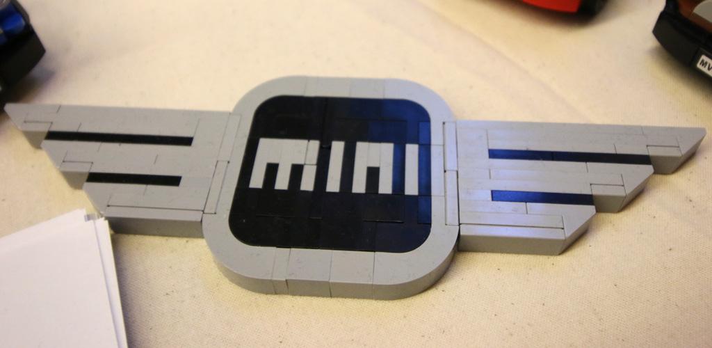 lego-mini-logo-moc-floating-bricks-hamburg-2019-zusammengebaut-andres-lehmann zusammengebaut.com