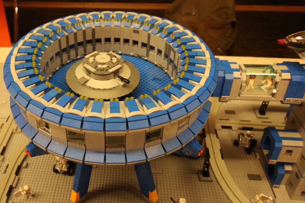 lego-moonbase-moc-floating-bricks-landeplattform-2019-zusammengebaut-andres-lehmann zusammengebaut.com