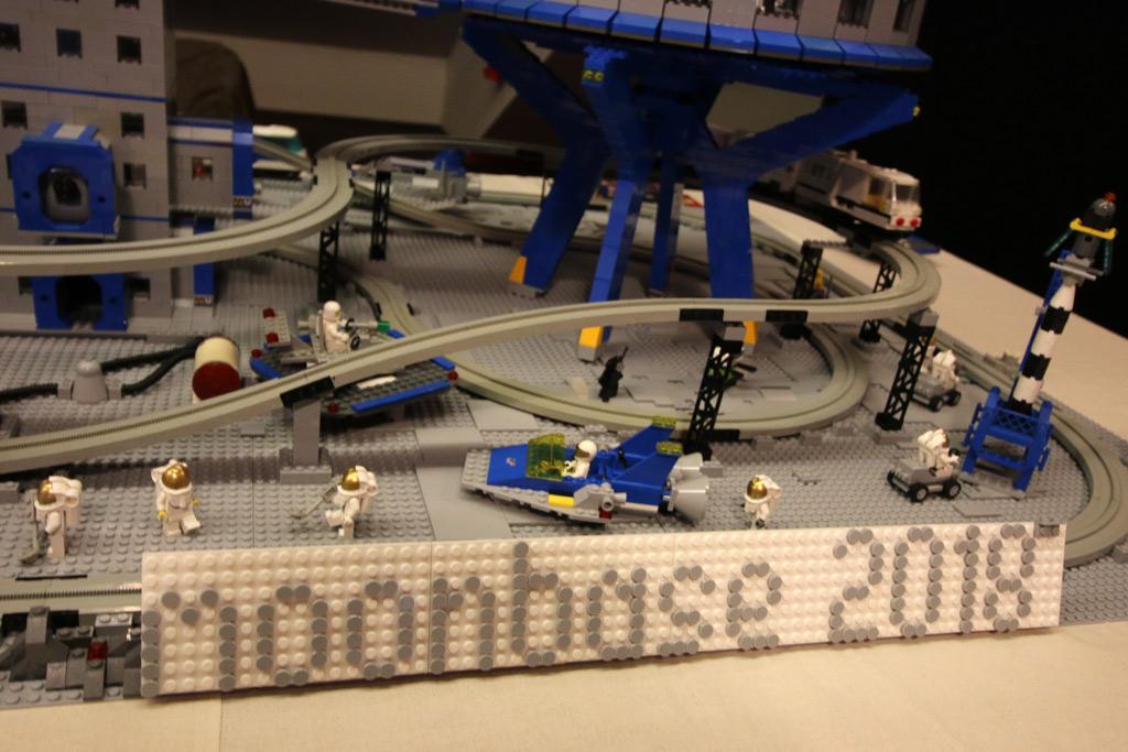lego-moonbase-moc-floating-bricks-logo-2019-zusammengebaut-andres-lehmann zusammengebaut.com
