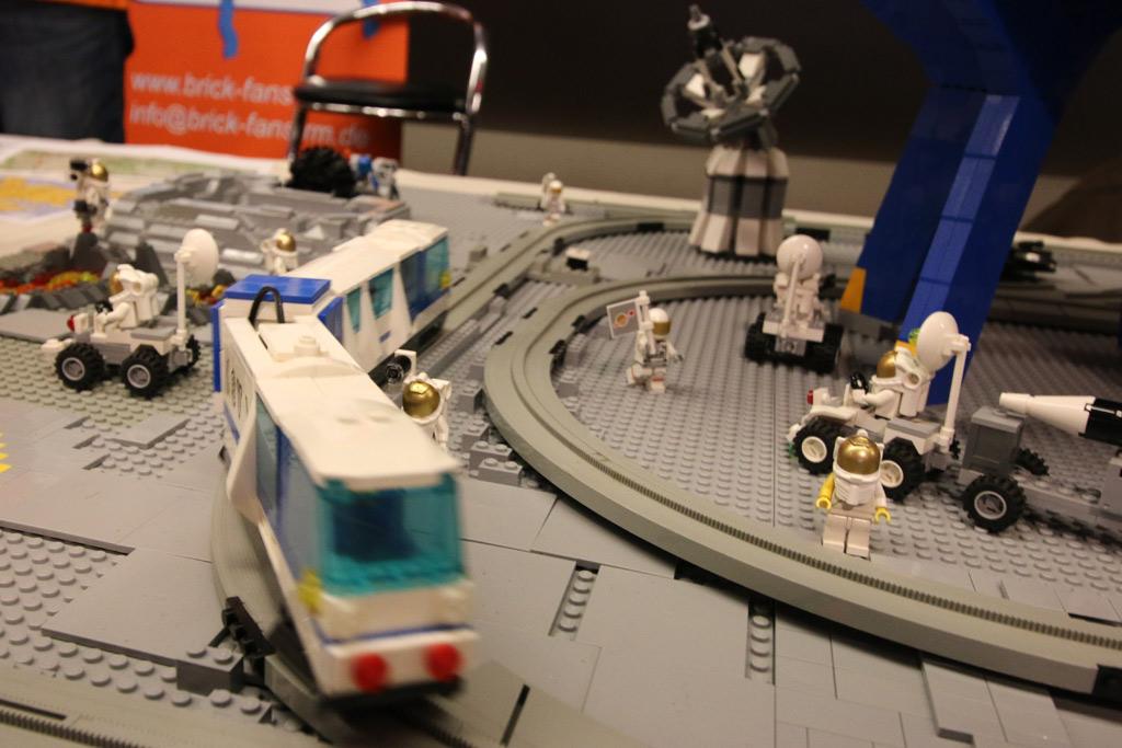 lego-moonbase-moc-floating-bricks-monorail-2019-zusammengebaut-andres-lehmann zusammengebaut.com