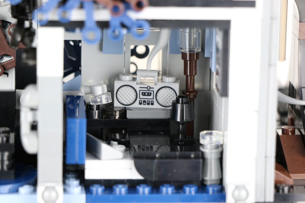 lego-stranger-things-the-upside-down-75810-rueckseite-offen-radio-2019-zusammengebaut-andres-lehmann zusammengebaut.com