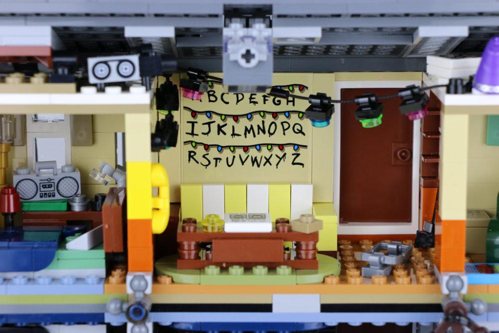 lego-stranger-things-the-upside-down-75810-rueckseite-wohnzimmer-2019-zusammengebaut-andres-lehmann zusammengebaut.com