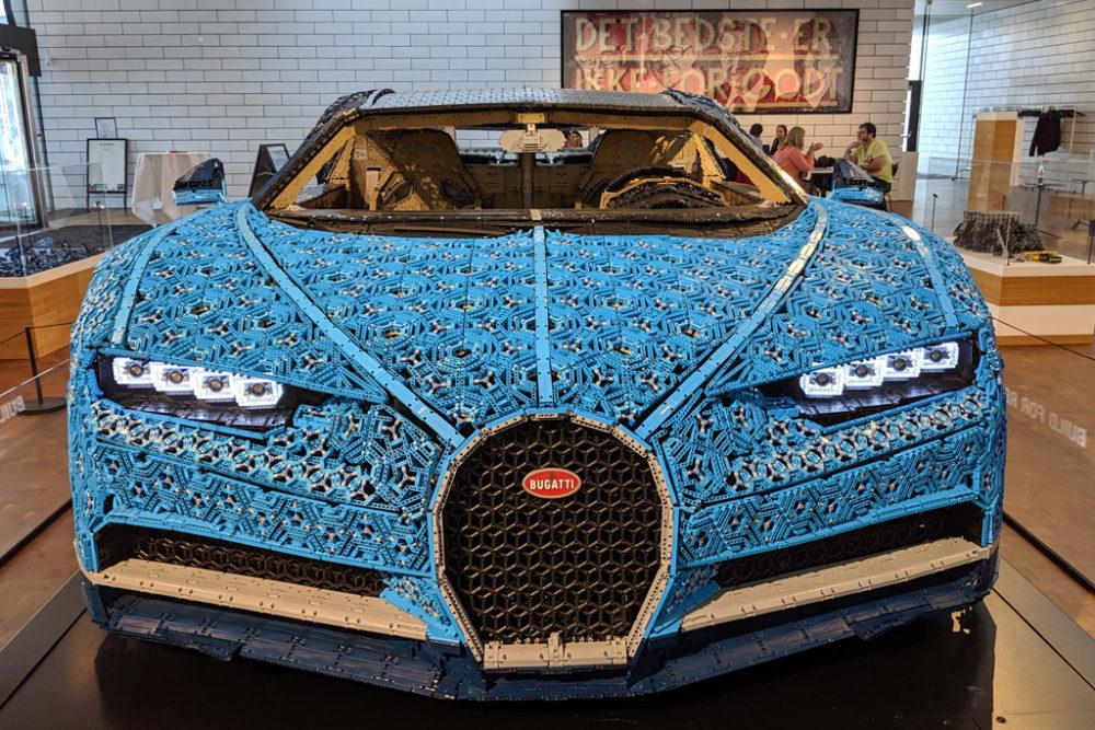 lebensgrosser-xxl-lego-bugatti-chiron-billund-lego-house-front-2019-zusammengebaut-andres-lehmann zusammengebaut.com