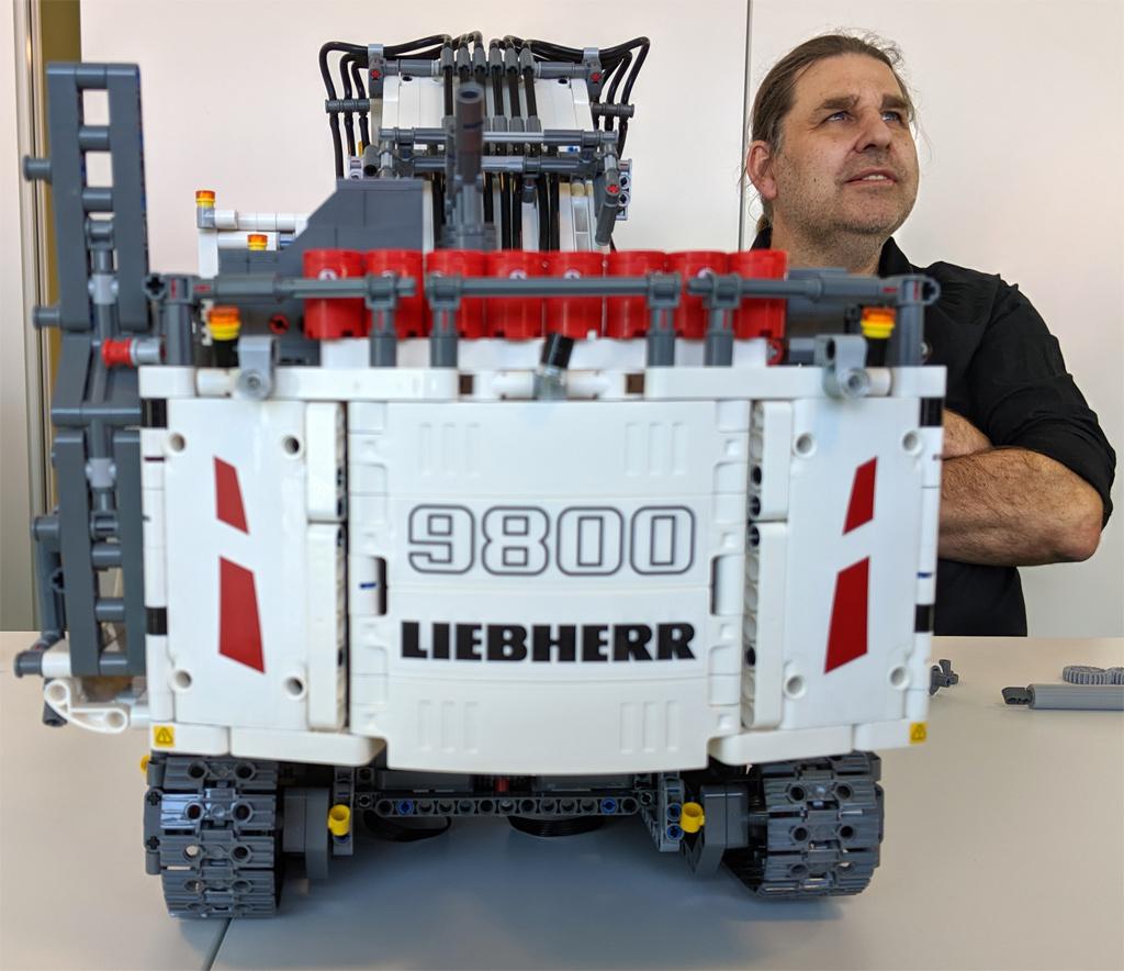 lego-technic-liebherr-r-9800-42100-designer-markus-kossmann-2019-zusammengebaut-andres-lehmann zusammengebaut.com
