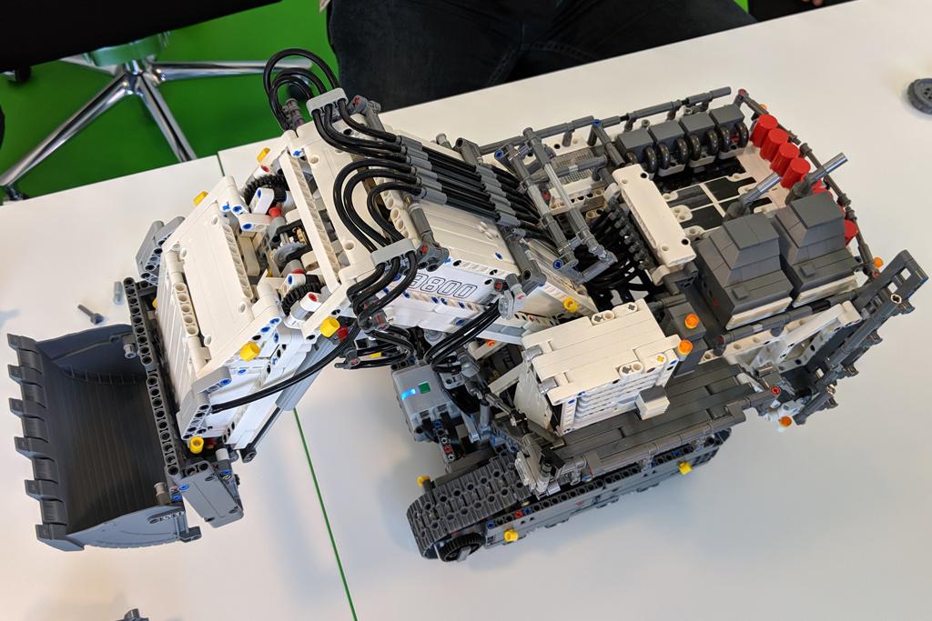 lego-technic-liebherr-r-9800-42100-draufsicht-2019-zusammengebaut-andres-lehmann zusammengebaut.com