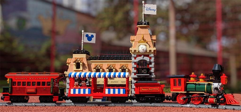 lego-disney-train-and-station-zug-und-bahnhof-71040-cinderella-castle-schloss-mini-modell-front-box-set-71044-seite-ansicht-lok-2019-zusammengebaut-andres-lehmann zusammengebaut.com