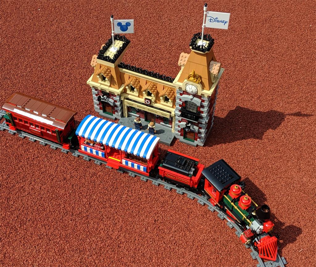 lego-disney-train-and-station-zug-und-bahnhof-71044-draufsicht-2019-zusammengebaut-andres-lehmann zusammengebaut.com